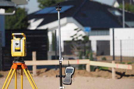 Prace geodezyjne podczas budowy domu